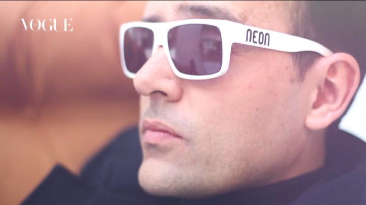 Risto Mejide (y sus gafas NEON) son parte de la #VogueRevolution y protagonizan este vídeo.Play!